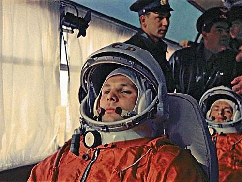 Yuri Gagarin se dirige en autobús hacia la rampa. Tras él está Gherman Titov y Grigori Nelyubov, los dos cosmonautas de reserva de la misión.