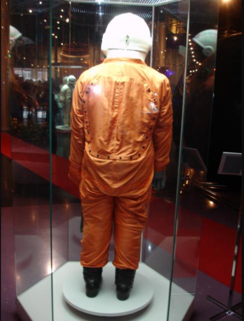 Vista trasera del traje Sokol de Gagarin (Eureka).
