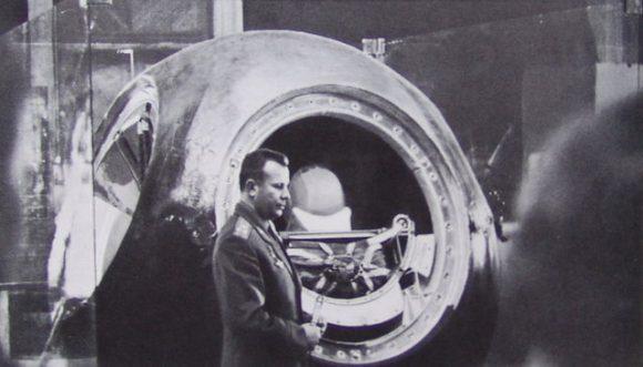 Gagarin delante de un modelo de la cápsula Vostok.