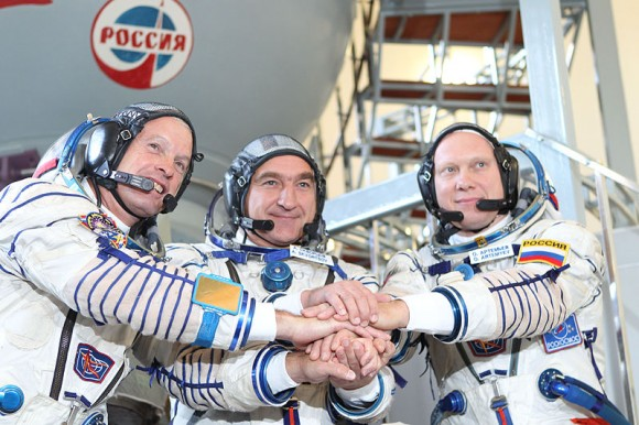 800px-Expedition_37_backup_crew_members_in_front_of_the_Soyuz_TMA_spacecraft_mock-up_in_Star_City,_Russia