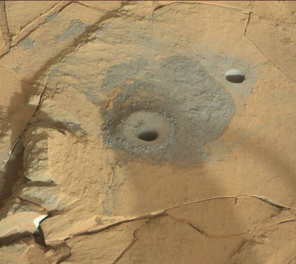 Otra vista de los dos agujeros en Mojave ().