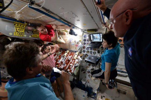 La tripulación de la ISS observa el lanzamiento (NASA).