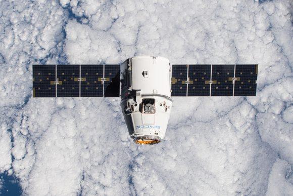 Nave Dragon CRS-5 antes de acoplarse con la ISS (NASA).