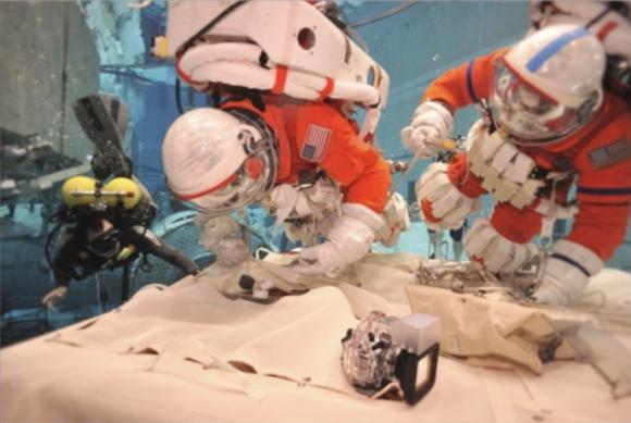 Simulación de un paseo espacial con trajes MACES desde la nave Orión (NASA).