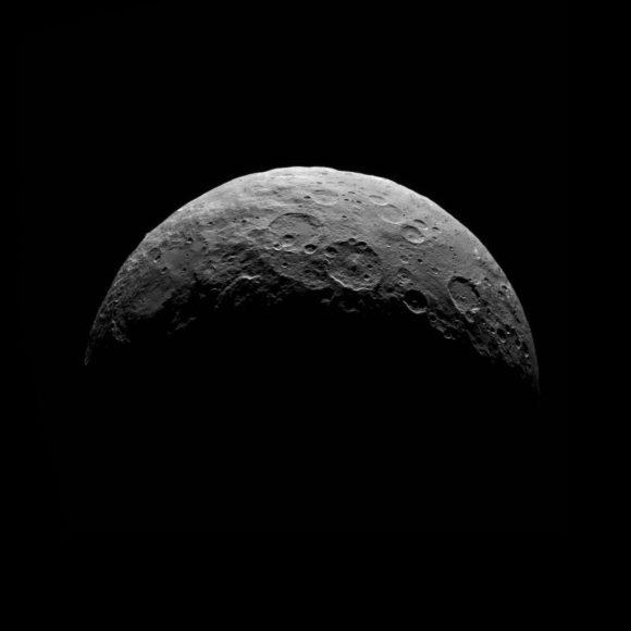 Ceres visto por Dawn desde RC3 el 24-25 de abril ().