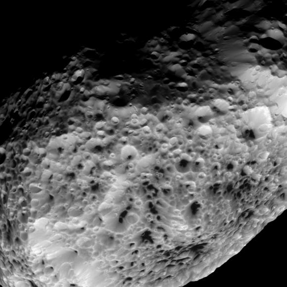 Imagen en el espectro visible de Hiperión tomada por la sonda Cassini a una distancia de 38 000 kilómetros con una resolución de 230 metros por píxel (NASA/JPL-Caltech/SSI).