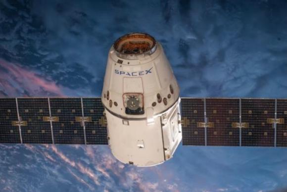 Nave Dragon de SpaceX antes de acoplarse a la ISS (NASA).