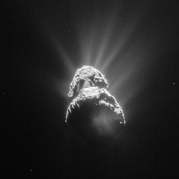 Chorros de polvo del cometa 67P vistos por la cámara NAVCAM de Rosetta el 28 de abril ().