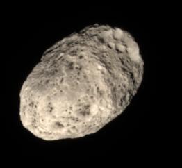 Hiperión en verdadero color visto por Cassini en 2011 ().
