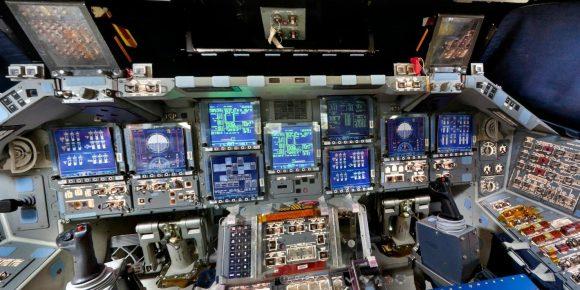 La cabina del shuttle (NASA).