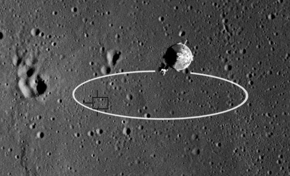 La elipse de aterrizaje del Apolo 11 sobre el ALS-2 y, dentro, el lugar de aterrizaje preciso. En primer plano se ve el CSM Columbia (NASA).