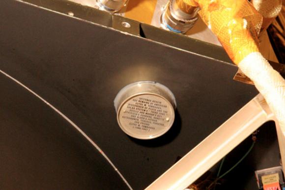 El contenedor con las cenizas de Tombaugh (NASA).