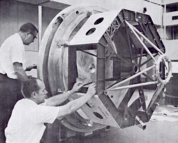 Montando la estructura octogonal de la sonda (NASA/JPL).
