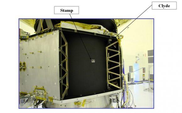 Situación del sello y las cenizas de Tombaugh en la sonda (NASA).