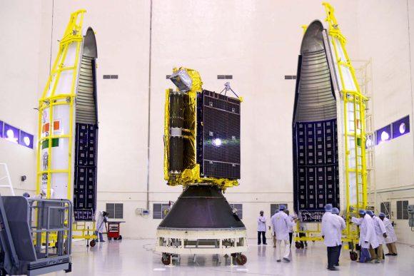 Inserción del satélite en la cofia (ISRO).