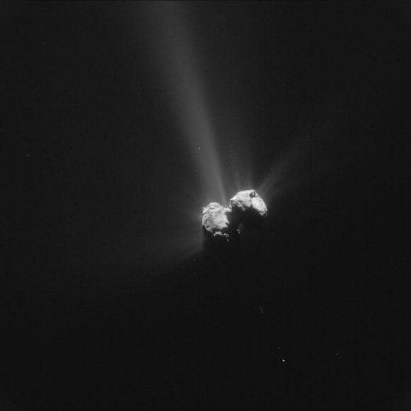 Chury visto el 6 de agosto a 261 kilómetros de distancia por la cámara NAVCAM. Se aprecia la actividad de sus chorros (ESA/Rosetta/NAVCAM).