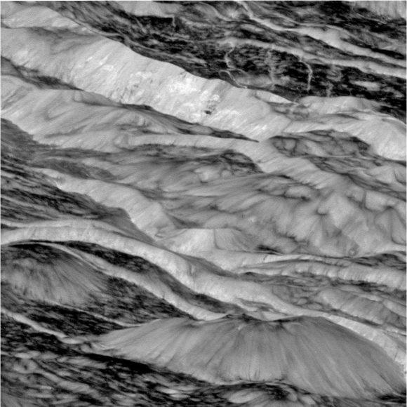 Vista en detalle de los acantilados de los surcos en una imagen de la Cassini de abril de 2010 (NASA/JPL).