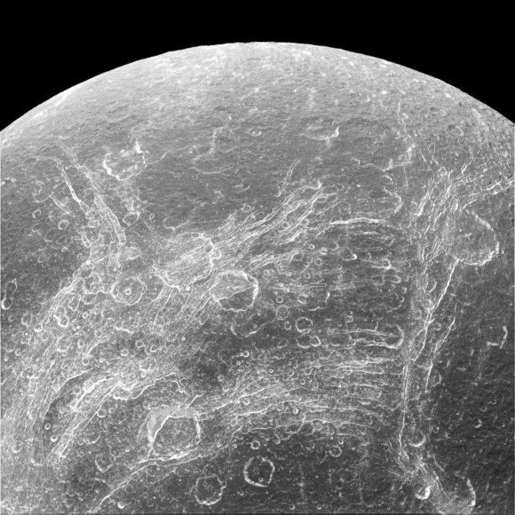 La red de acantilados y fosas de Dione en una imagen de Cassini del 11 de abril de 2015 (NASA/JPL).