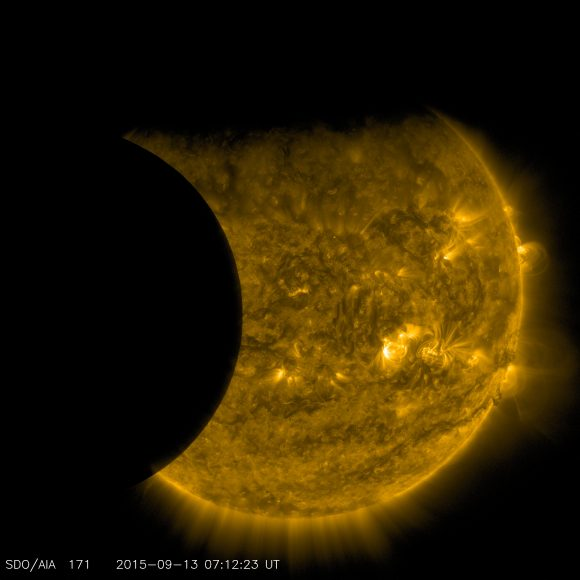 El eclipse solar visto por el SDO en la longitud de 170 angstroms (NASA/SDO)