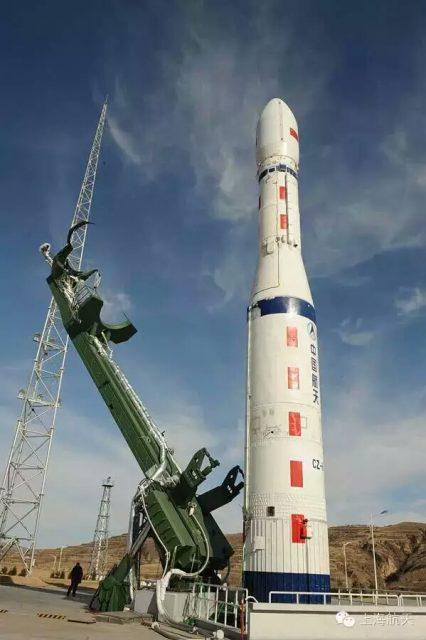 Una maqueta del CZ-6 en la rampa (Xinhua).
