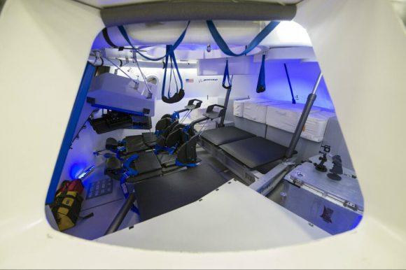 Interior de la CST-100 Starliner, mucho más clásico que el de la Dragon 2 y que sin duda recuerda al shuttle (Boeing).