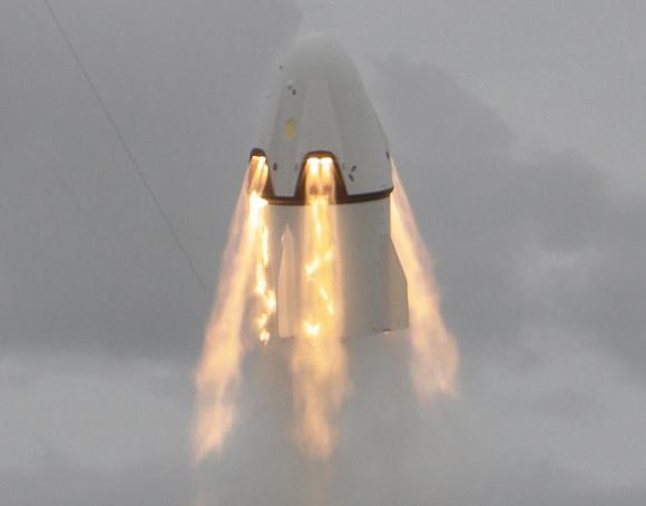 Prueba del sistema de escape de la Dragon del pasado mes de mayo de 2015. Se aprecian los ocho motores SuperDraco de combustible líquido que rodean la cápsula (SpaceX).