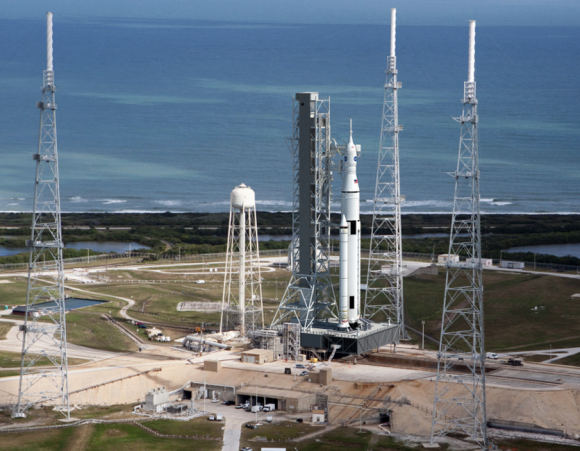 Recreación de un cohete SLS con una nave Orión en la rampa 39B (NASA).
