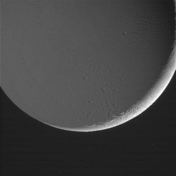 El hemisferio iluminado por Saturno de Encélado (NASA/JPL).