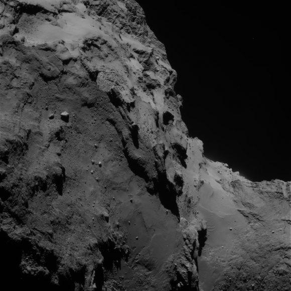 Capas en la región de Anubis vistas por la cámara OSIRIS el 5 de septiembre de 2014 a 44 km de distancia (ESA/Rosetta/MPS for OSIRIS Team MPS/UPD/LAM/IAA/SSO/INTA/UPM/DASP/IDA).