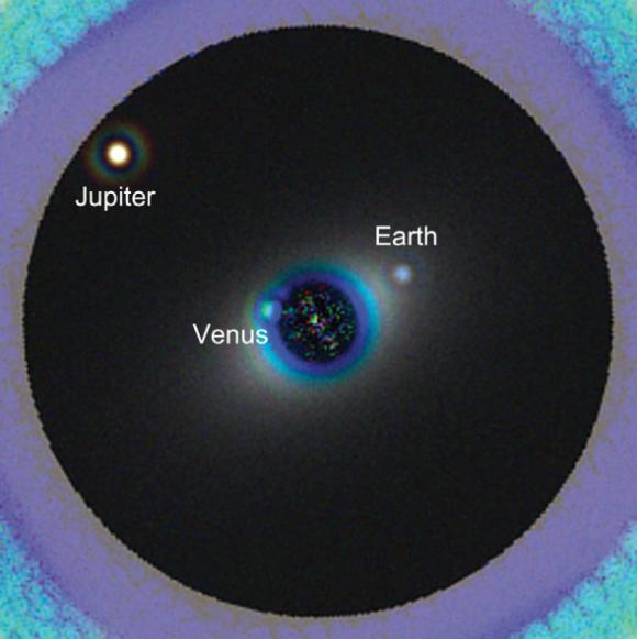 Simulación de cómo vería el HDST el sistema solar a 44 años luz de distancia tras 40 horas de exposición en 3 filtros (400, 500 y 600 nm) con un coronógrafo (L. Pueyo, M. N'Diaye).