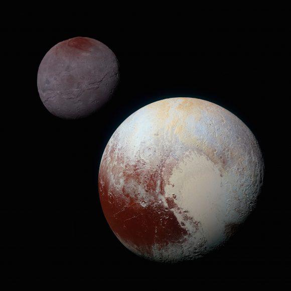 Imagen a color de Plutón y Caronte. Caronte es más grisáceo y oscuro que Plutón ().