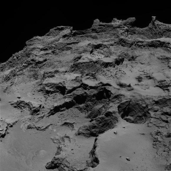 Capas de la región de Seth vistas por la cámara OSIRIS el 22 de septiembre de 2014 desde 28 km de distancia (ESA/Rosetta/MPS for OSIRIS Team MPS/UPD/LAM/IAA/SSO/INTA/UPM/DASP/IDA).