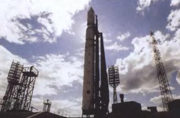 Un cohete Tsiklon 2 en la rampa de Baikonur (TsNII Kometa).