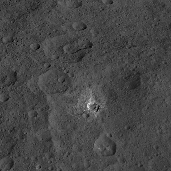 Cráter Oxo y sus manchas bñancas (NASA/JPL-Caltech/UCLA/MPS/DLR/IDA).