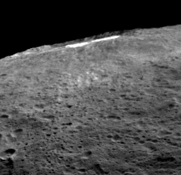 Vista oblicua de Occator (NASA/JPL-Caltech/UCLA/MPS/DLR/IDA).