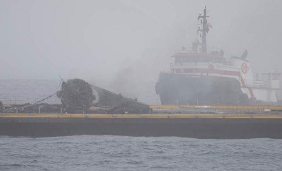 Restos de la etapa dañada sobre la barcaza (SpaceX).