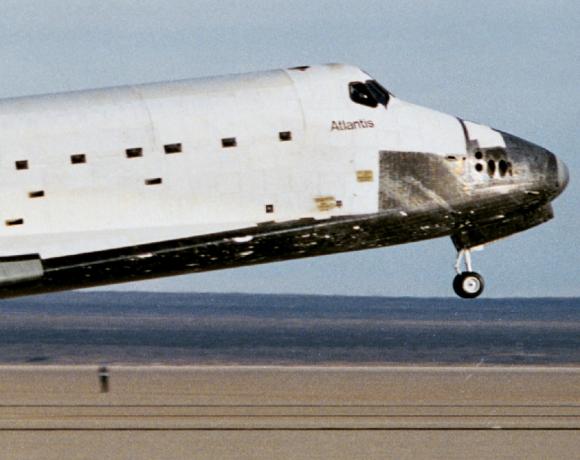 El Atlantis durante el aterrizaje tras la STS-27. Se aprecian los daños en las losetas (NASA).