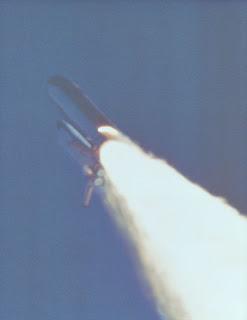 La llama del SRB derecho escapa por la junta defectuosa 59 segundos tras el despegue de la STS-51L Challenger. Queda muy poco para la desintegración del vehículo (NASA).