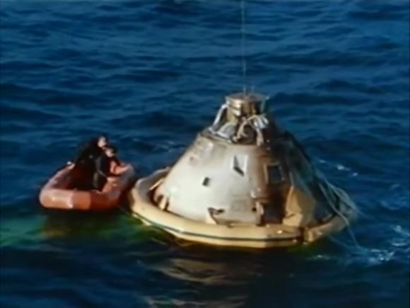 La cápsula CM-009 en el mar tras la misión AS-201 (NASA).