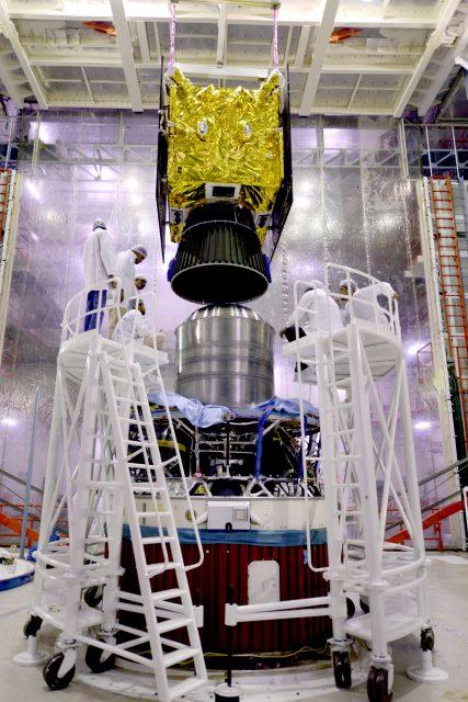El IRNSS-1F sobre la cuarta etapa (ISRO).