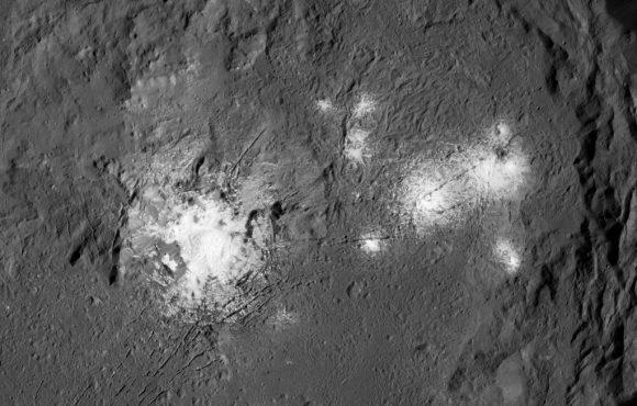 Las manchas del cráter Occator de Ceres en alta resolución vistas por la sonda Dawn desde la órbita LAMO (NASA/JPL-Caltech/UCLA/MPS/DLR/IDA/PSI).