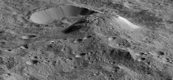 Vista oblicua de un modelo 3D de Ahuna Mons creado a partir de las imágenes de Dawn (NASA/JPL-Caltech/UCLA/MPS/DLR/IDA/PSI).