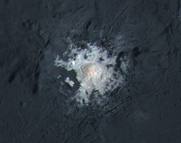 Detalle de la cúpula central de Occator, donde se encuentra la mancha más brillante (NASA/JPL-Caltech/UCLA/MPS/DLR/IDA/PSI).