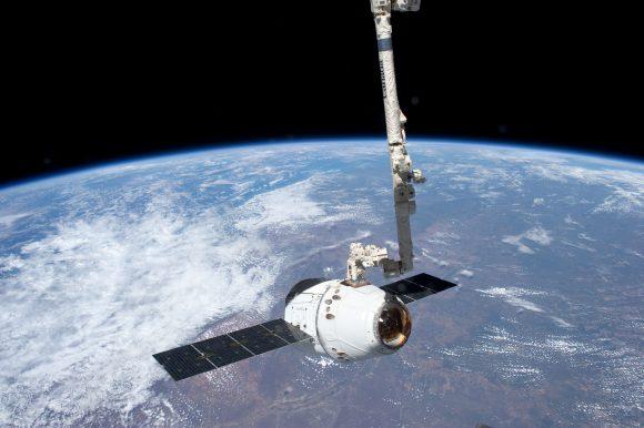 Una Dragon capturada por el brazo robot de la ISS (NASA).