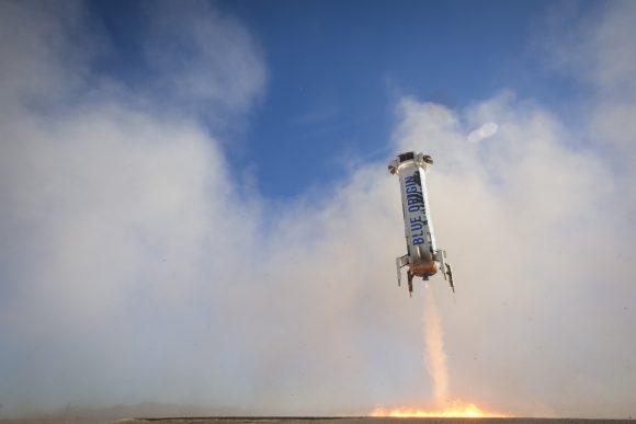 El New Shepard aterrizando suavemente en vertical por tercera vez después de superar la frontera del espacio (Blue Origin).