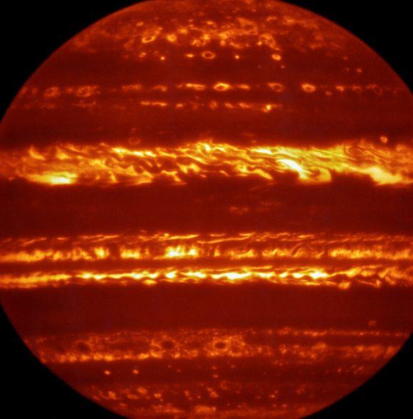 Vista de Júpiter en infrarrojo (5 micras) por el telescopio VSIR del VLT de Chile. Las zonas más brillantes corresponden a zonas más profundas y calientes en la atmósfera (NASA).