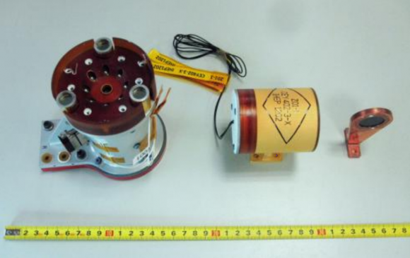 Instrumento APXS de Yutu (izquierda) con el EHU (en medio) y un blanco para calibrar.