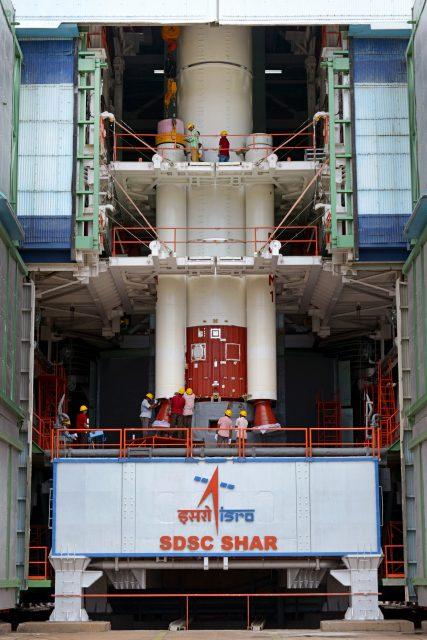 Integración de los aceleradores de combustible sólido de la misión C35 (ISRO).