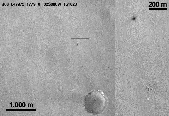Cráter de Schiaparelli (mancha negra) y el paracaídas (mancha banca) en la imagen tomada por la cámara CTX de MRO (NASA/JPL-Caltech/MSSS).