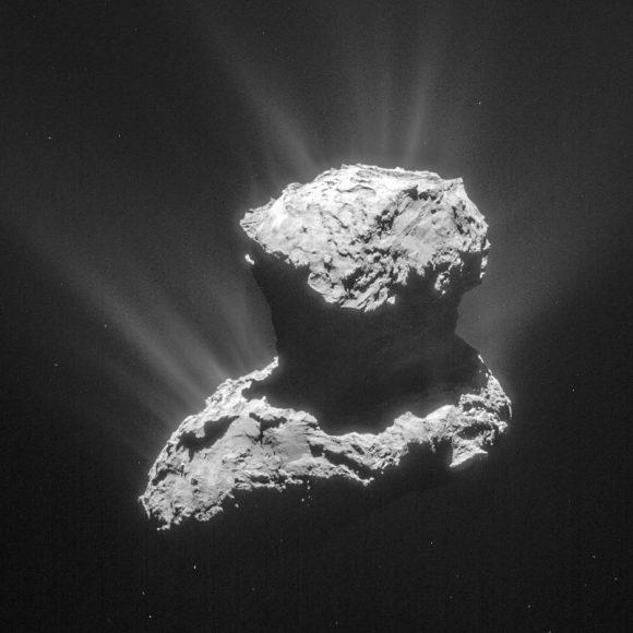El cometa 67p/Churyumov-Gerasimenko el 25 de marzo de 2015 visto a 86,6 km de distancia (ESA/Rosetta/NavCam).
